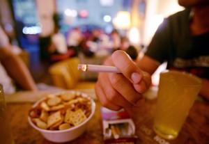 FOTO GENERICA LEY TABACO / FUMAR EN BARES