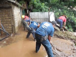 PROTECCIÓN CIVIL ESTATAL RETIRA ALUD DE TIERRA DE CASA EN BARRANCA (3)