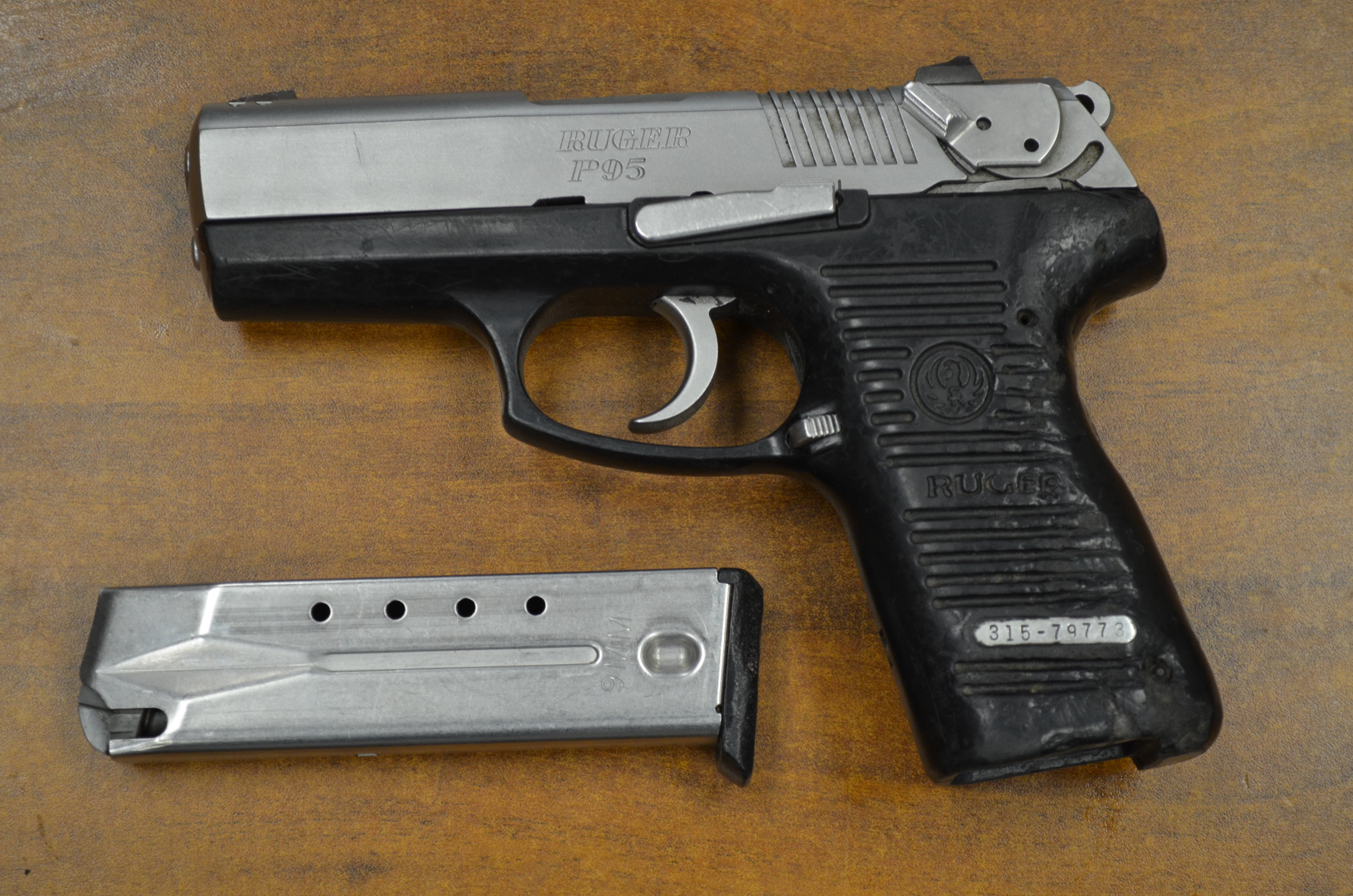 Asesinan a esposo de candidata a s ndico en coatl n del for Muebles para guardar armas de fuego